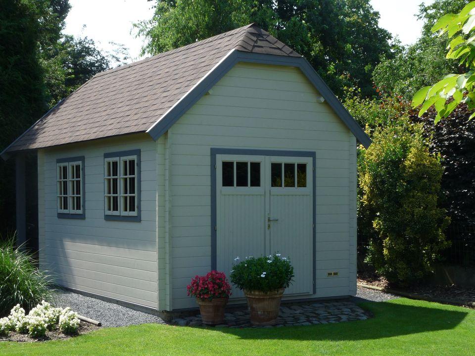 Log cabin with VDD13 double door