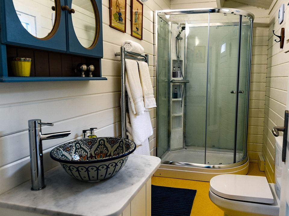 Keops Interlock Goldfinch mobile home bathroom